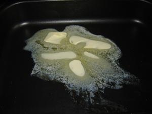 Картофель с грибами под сметаной и сыром в духовке