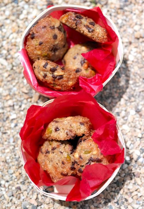 Шоколадное печенье с солью и орехами