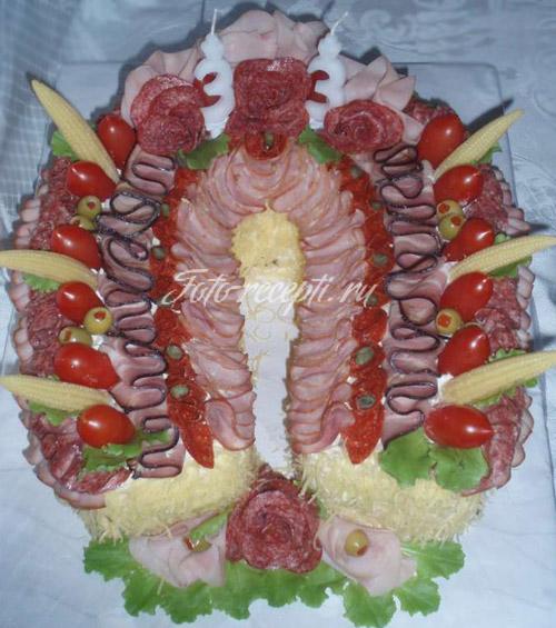 Закусочный бутербродный торт из колбасы в виде подковы
