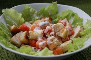 Рецепт приготовления салата Цезарь с курицей и сухариками