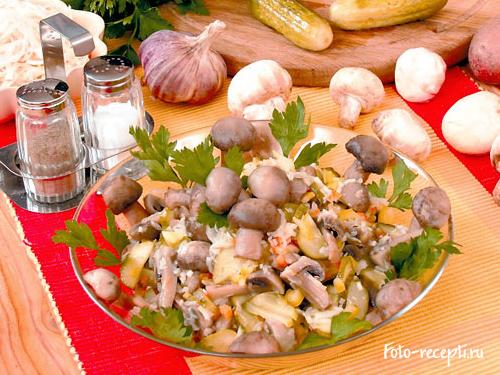 Рецепт салата из квашеной капусты и маринованных грибов.